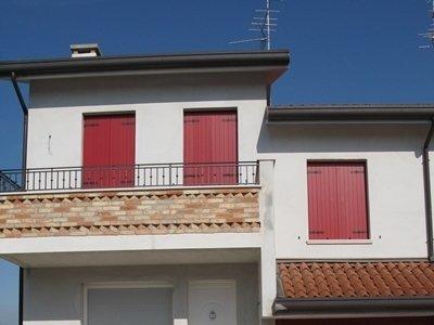vista frontale di un balcone