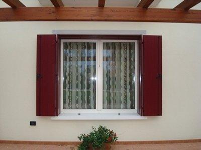finestra con doppi vetri chiusi e persiane aperte