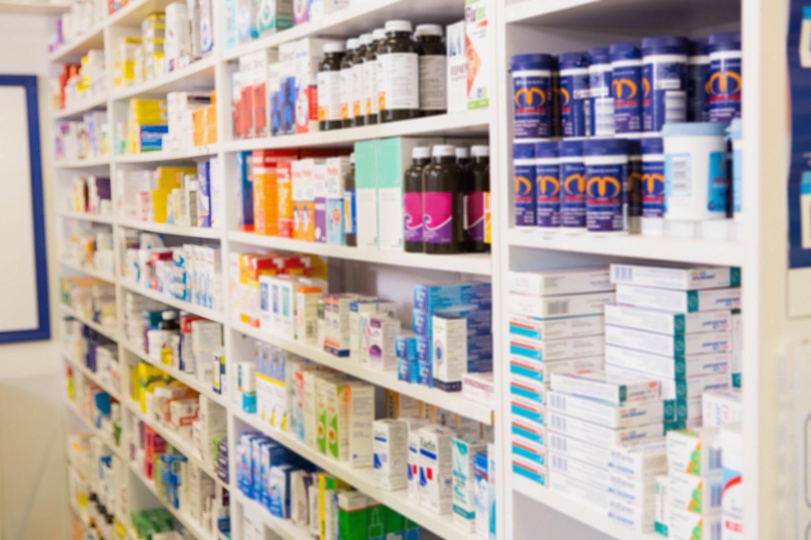 dei prodotti farmaceutici nello scaffale