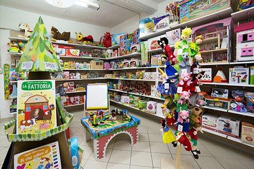 dei giocattoli per bambini in un negozio