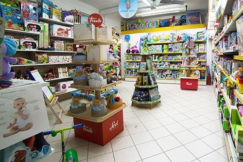 dei pupazzi della marca Trudi e altri giocattoli