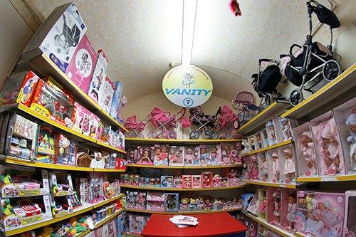 dei passeggini e altre confezioni di bambole