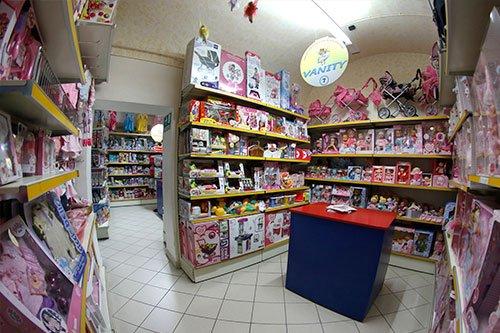 dei passeggini di diversi colori e delle scatole di bambole