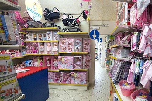 delle scatole di alcuni bambolotti