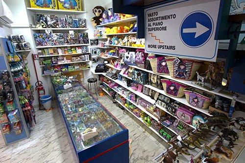 il negozio di giocattoli con i giochi esposti