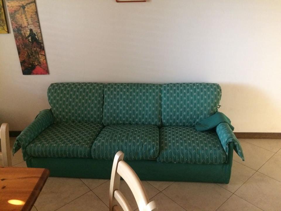 un divano verde