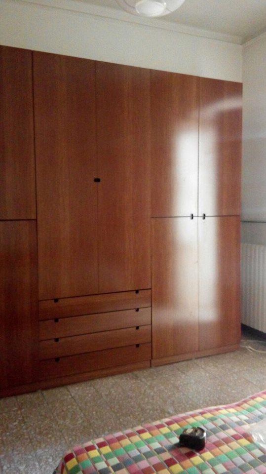 una camera con armadio in legno lucido
