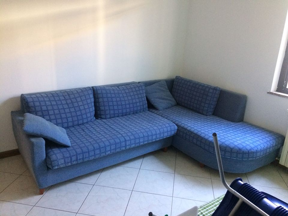 un divano angolare blu