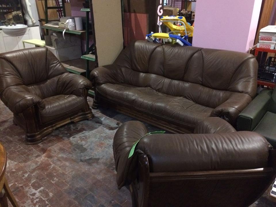 un divano e due poltrone in pelle marrone