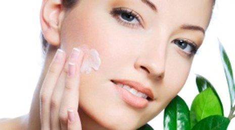 Modella applica crema sul viso
