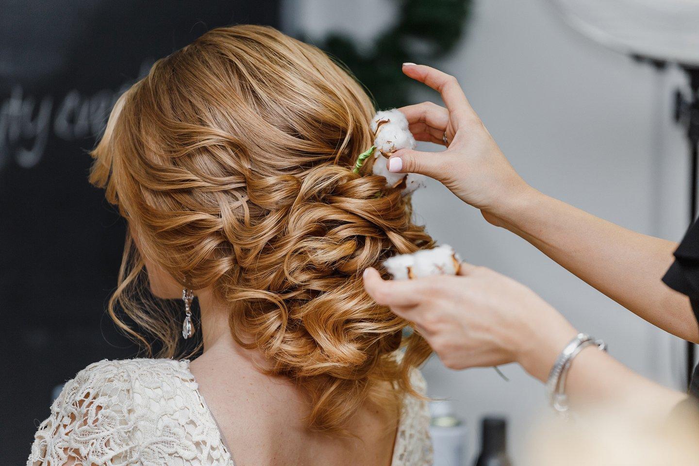 Modella con acconciatura da sposa