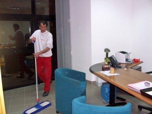 servizi di pulizia uffici, pulizia pavimenti, pulizia scrivanie