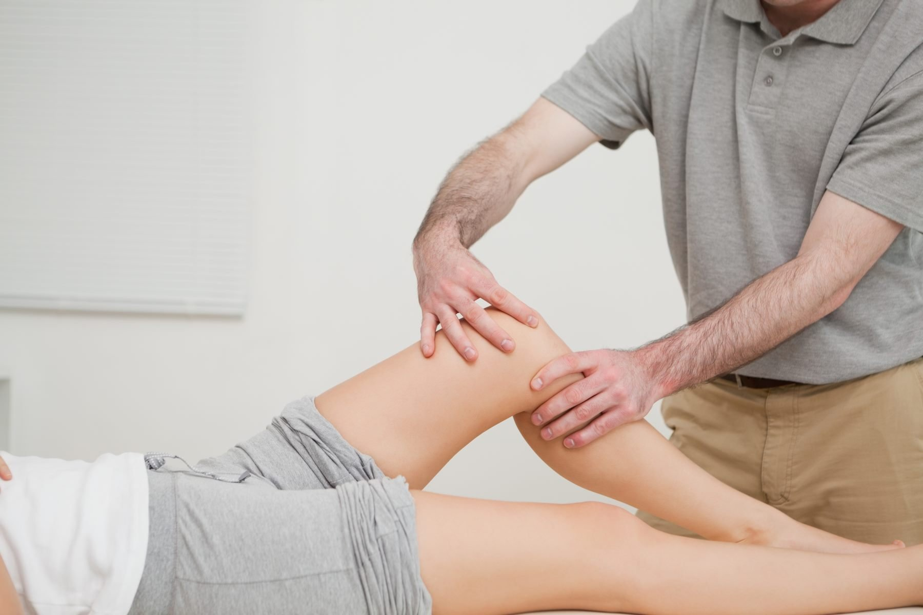 istruttore massaggiare il ginocchio
