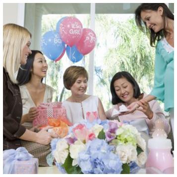 donne festeggiano un bambino