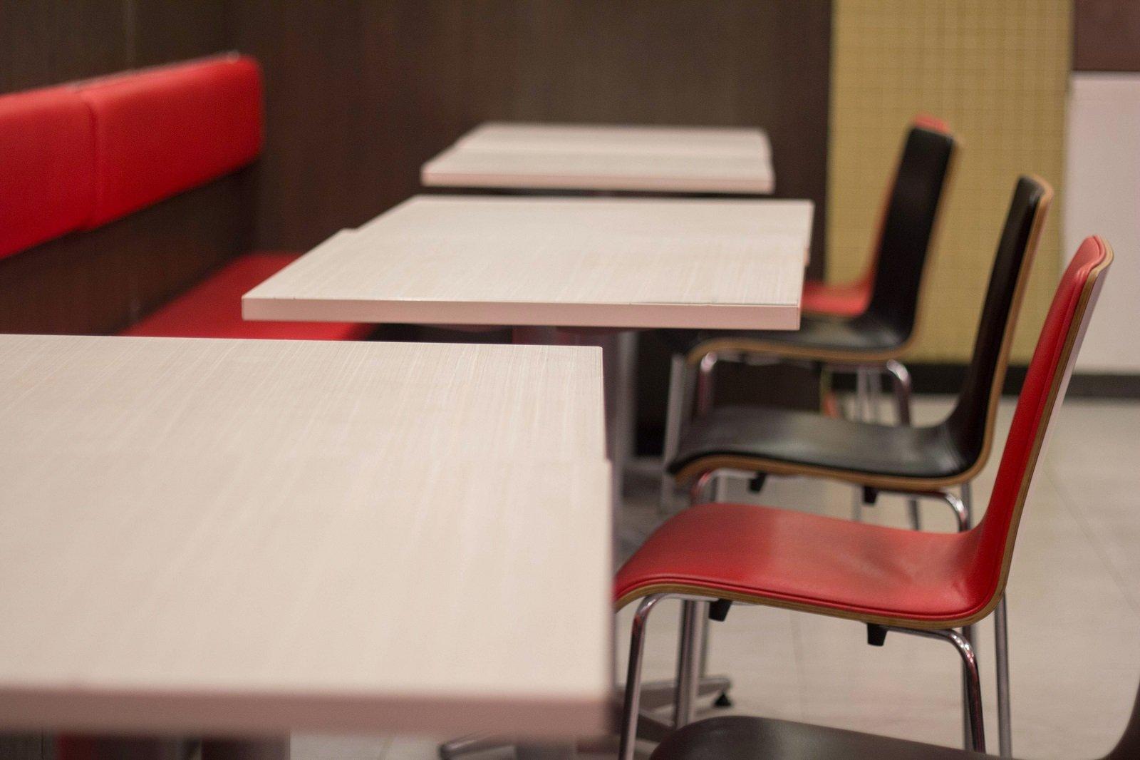 dei banchi e delle sedie