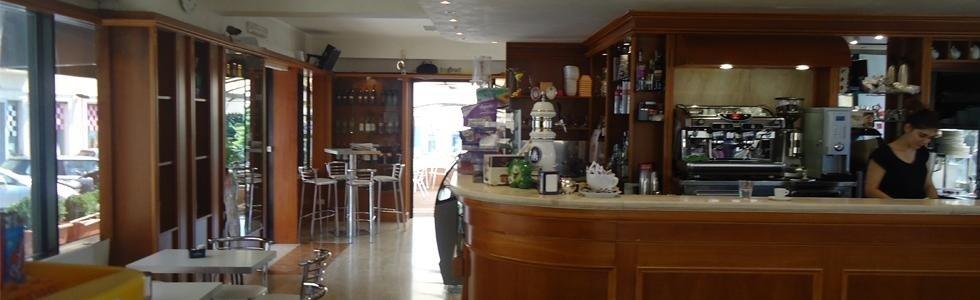 interno di un bar con vista del bancone e dei tavoli