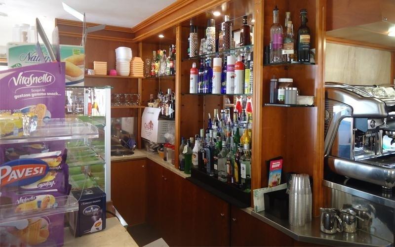 un mobile da bar con delle bottiglie di liquori