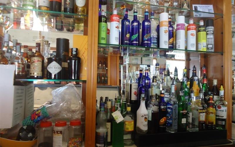 delle mensole con bottiglie di liquori