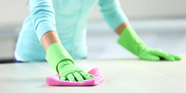 addetto ai servizi di pulizia che pulisce un tavolo