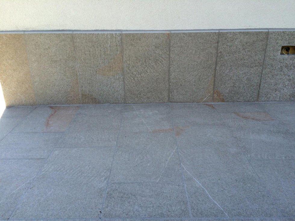pavimento e zoccolo in pietra piasentina fiammata e soglie a flex