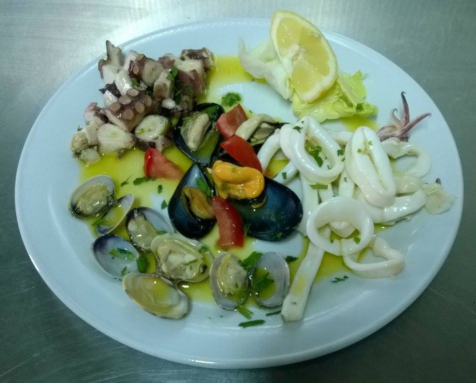 Un piatto di cozze, vongole, calamari e polipo