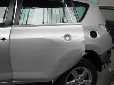 vista frontale di un auto grigia da riparare