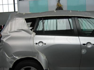 vista laterale auto con carrozzeria da riparare