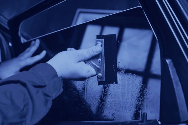 riparazione finestrino di un'auto