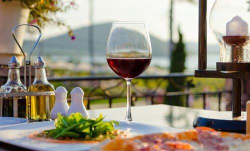 Carpaccio e vino rosso
