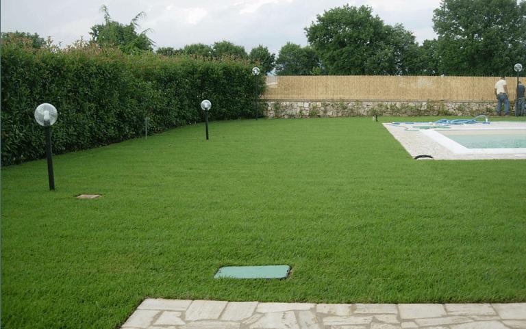 giardino con vista angolare di una piscina e lampioni