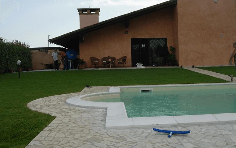 giardino di una abitazione privata con piscina
