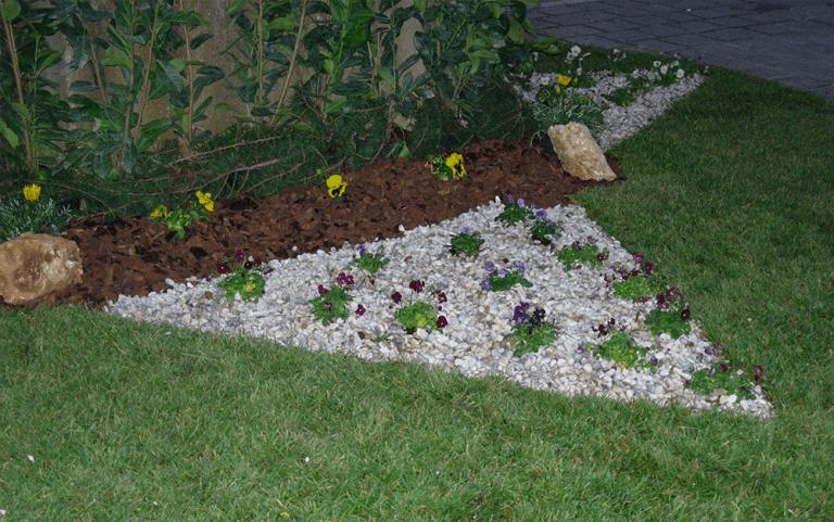 Piante fiorite disposte a triangolo