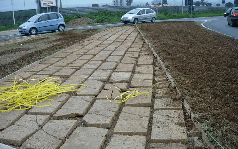 pavimentazione stradale con fili gialli