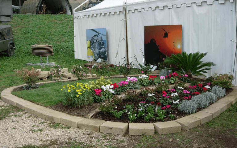 capannone bianco con isola di piante a lato