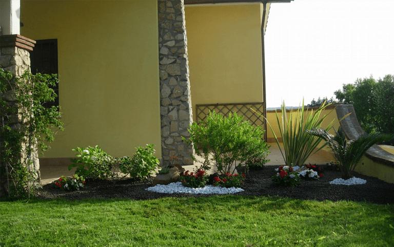vista laterale di una casa con giardino