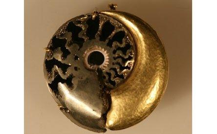 pilla-ciondolo in oro giallo con ammonite piritizzata