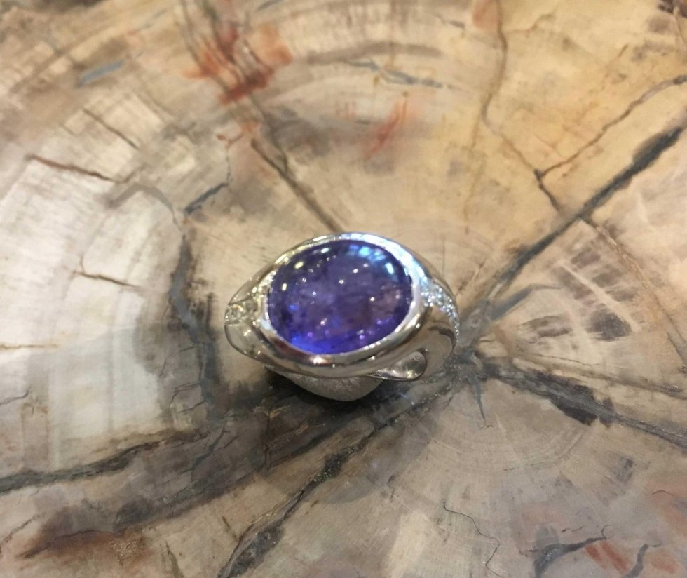 Anello in oro bianco con tanzanite e brillanti