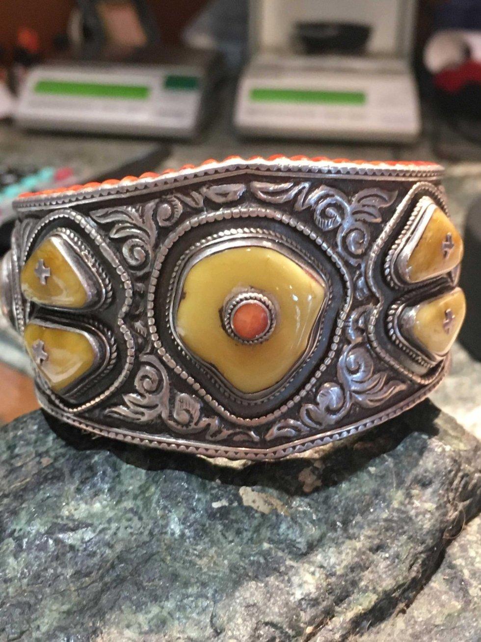 Bracciale tibetano in argento ambra e corallo