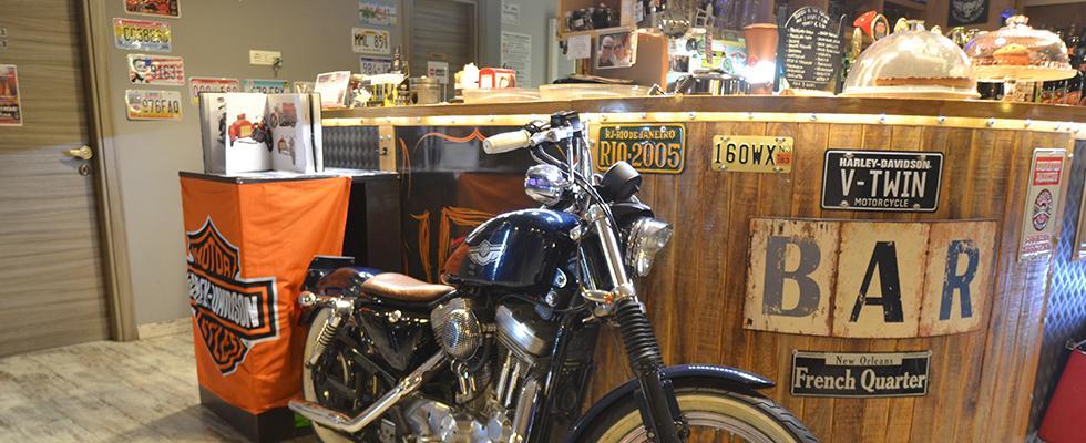 motocicletta di fronte al bancone