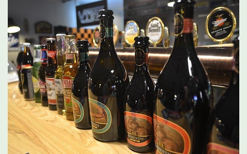fila di birre in bottiglia