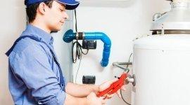 idraulico che ripara uno scaldabagno