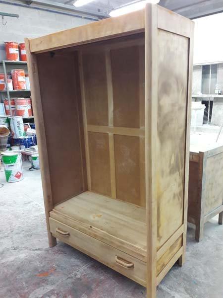 armadio in legno senza porte dentro un magazzino