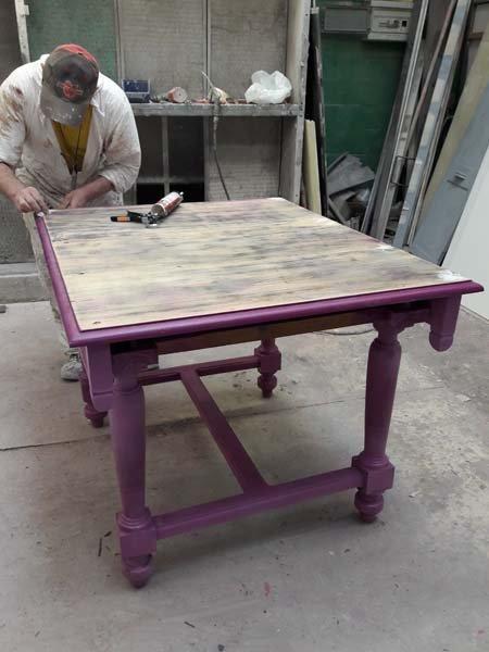 falegname al lavoro su un tavolo in legno