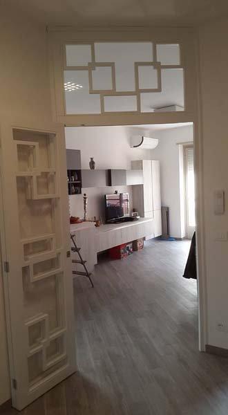 porta bianca con decorazioni aperta