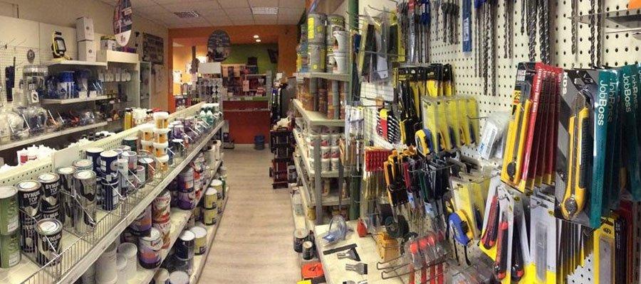una corsia di un negozio con degli attrezzi e barattoli di vernici