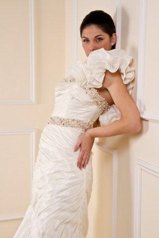 abito in taffetà di seta con applicazione sulla spalla