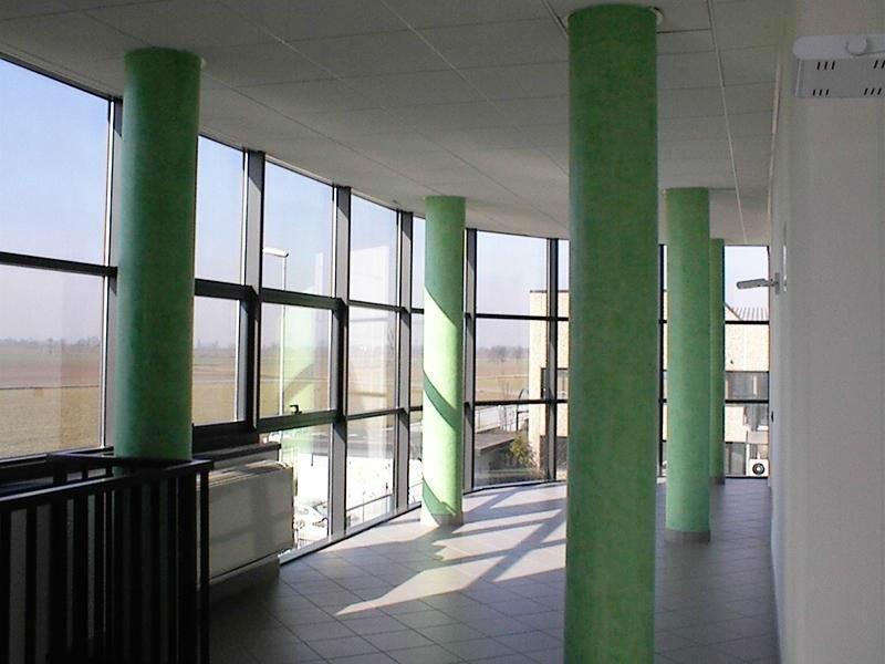Recinzione di terrazza in alluminio e vetro e colonne dipinto di verde