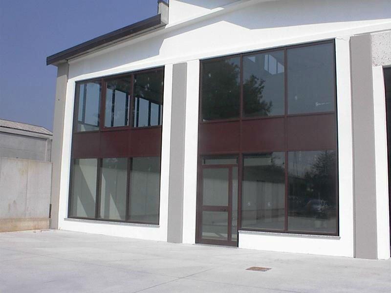 Pareti di vetro e metallo con la porta di accesso in una di esse