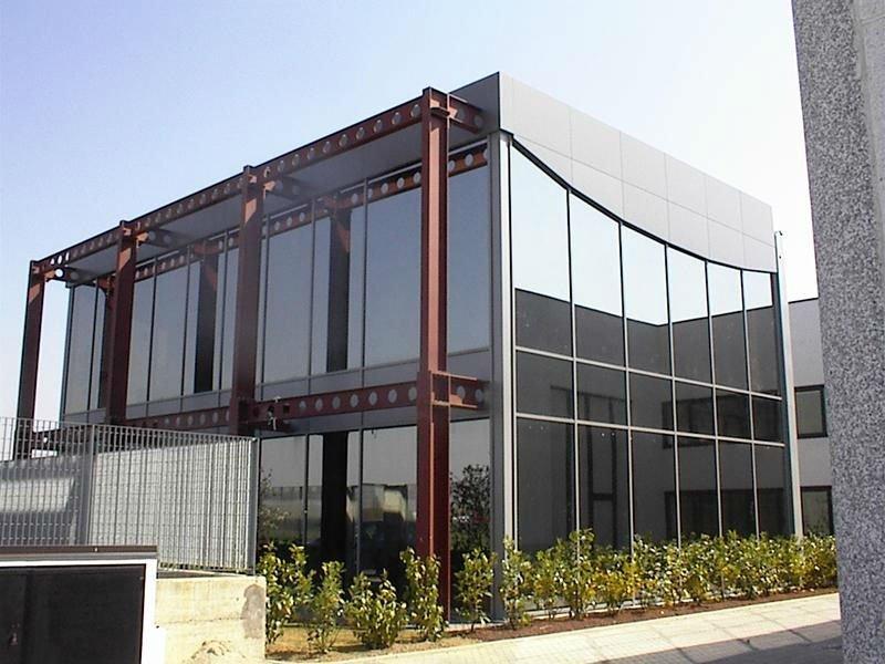 Edificio di metallo e di vetro con travi esterne di acciaio