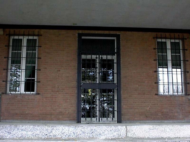 Porta di accesso e finestre protette da griglie di ferro battuto